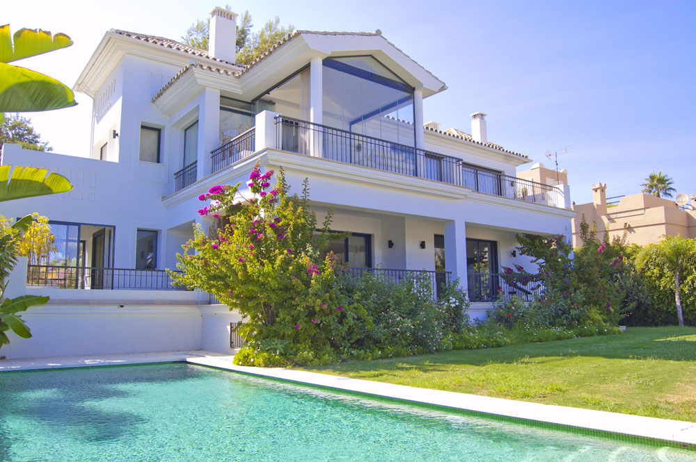 Contemporary villa with pool for sale in Nueva Andalucia, Marbella