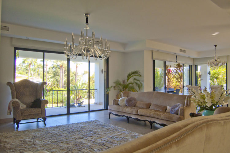 Contemporary villa for sale in Marbella near Puerto Banus