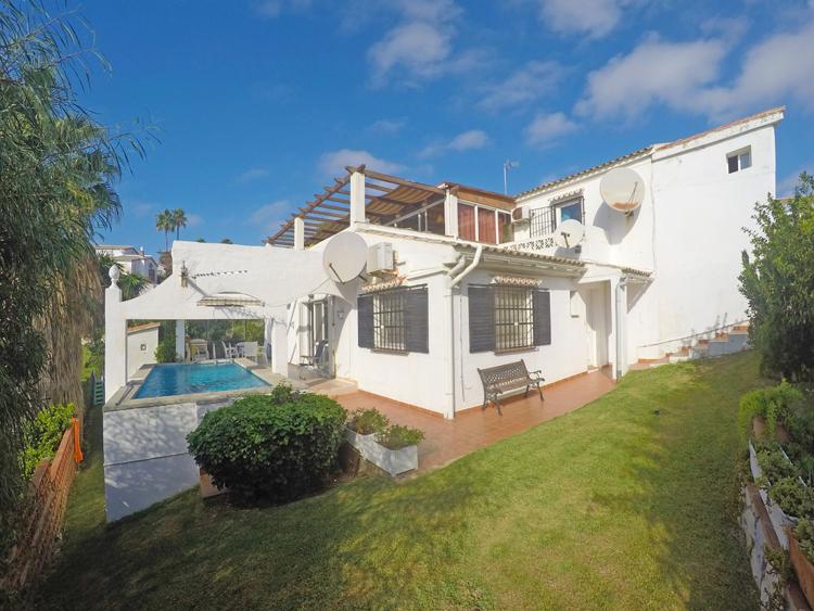 Villa with pool for sale in El Faro, Costa del Sol